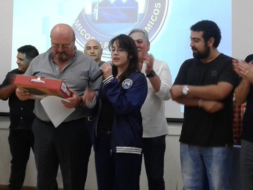 DE DIEZ: Ludmila donando su premio-