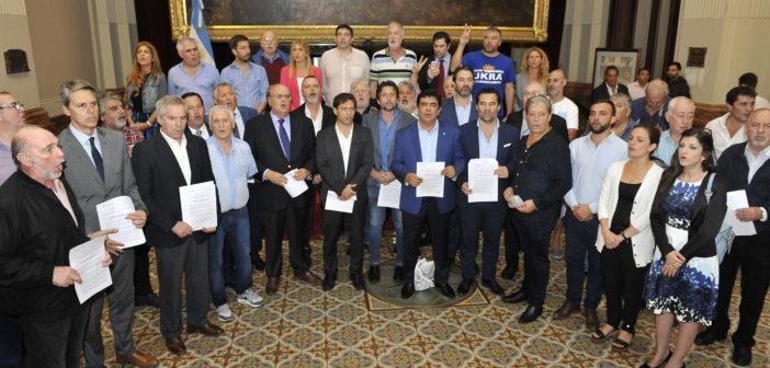 Fernando Espinoza junto a diputados e intendentes en la sesión por la Ley de Emergencia Tarifaria