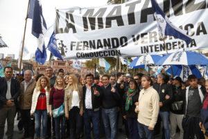 Fernando Espinoza y Verónica Magario en la marcha de los trabjadores con intendentes y dirigentes del peronismo