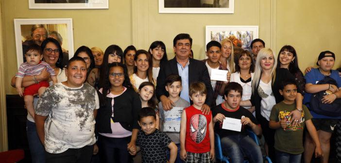 Fernando Espinoza entregó becas a estudiantes de La Matanza en la Cámara de Diputados