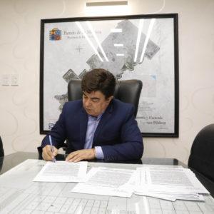 Espinoza firmó el decreto que autoriza la reapertura de fábricas 2