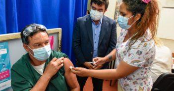 350-FE.Espinoza visitó el Htal. Paroissien Vacunación contra Covid 2